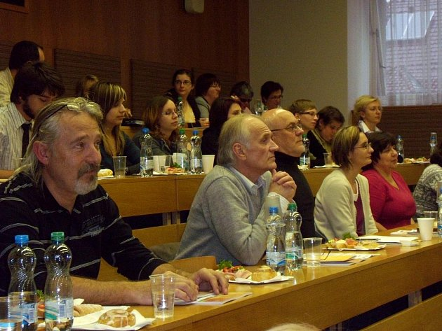 ZÁVĚREČNOU konferencí chebských organizací skončilo komunitní plánování v Chebu. Nyní je na čase vytištěný plán začít realizovat.