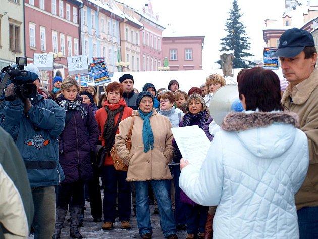 Necelou půlhodinu stávkovaly na  chebském náměstí Krále Jiřího z Poděbrad asi tři stovky státních zaměstnanců.