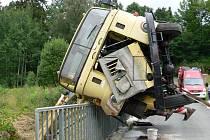 Autojeřáb se převrhnul při vyprošťování bagru