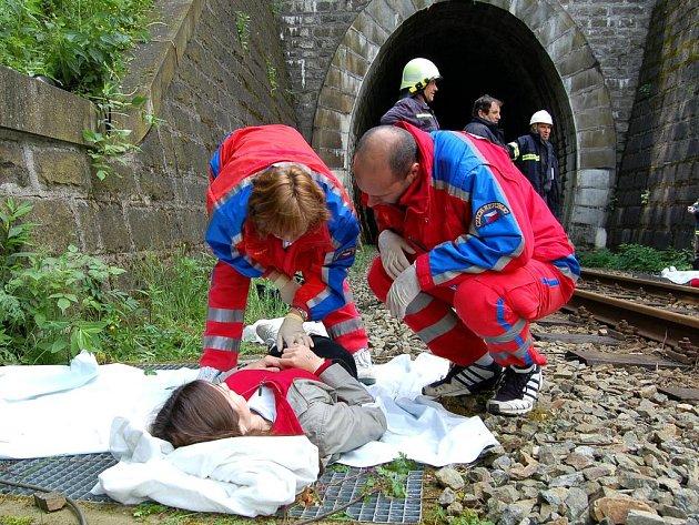 U portálu vlkovického tunelu se raněným při cvičení integrovaného záchranného systému dostalo prvního ošetření