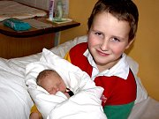 JAKUB KŘÍŽ se narodil v sobotu 31. října ve 3.30 hodin. Při narození vážil 3320 gramů a měřil 52 centimetrů. Devítiletý Matěj, tatínek Václav a maminka Vlasta se radují z malého Jakoubka a už se nemohou dočkat, až budou všichni spolu doma v Tršnicích.