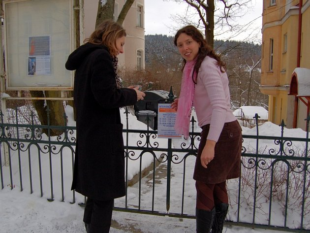 V MARIÁNSKOLÁZEŇSKÉ HLAVNÍ ULICI 280 začalo včera fungovat Intervenční centrum pro oběti domácího náslií. Sociální pracovnice Jitka Placková (vpravo) už na branku umístila informace o otevírací době.