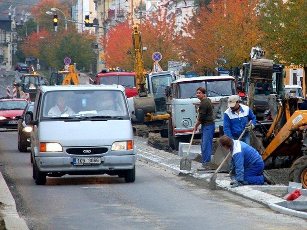 REKONSTRUKCE Hlavní ulice v Mariánských Lázních má zpoždění. Místo na konci října mají stavební dělníci skončit zhruba v polovině listopadu.