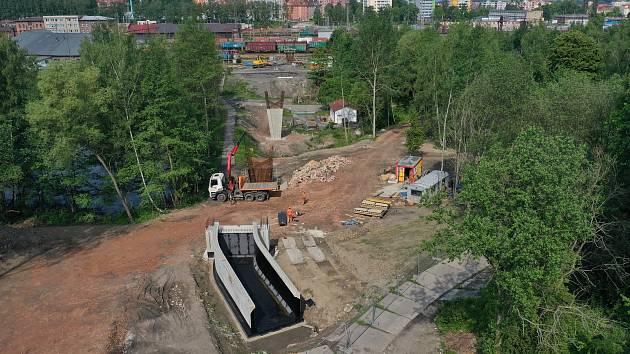 Stavba lávky přes nádraží na Švédský vrch stále pokračuje, město už vidí světlo na konci tunelu.