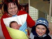 TOMÁŠ VOGL se narodil v neděli 1. listopadu v 17.45 hodin. Na svět přišel s krásnou váhou 3870 gramů a mírou 53 centimetrů. Tří a půlletý Lukášek, tatínek Tomáš a maminka Alena se z malého Tomáška radují a už se těší, až budou všichni spolu doma ve Skalné