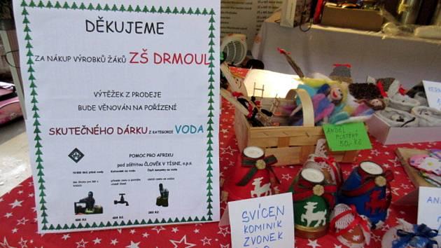 Děti ze Základní školy v Drmoule vlastnoručně vytvořily výrobky, které prodaly. Výtěžek použily na nákup vody pro lidi v rozvojových zemích.