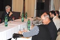 NA USTAVUJÍCÍM ZASTUPITELSTVU ještě starosta Aše Dalibor Blažek (u mikrofonu) netušil, co všechno může způsobit jedno jediné místo pro zástupce KSČM v radě města.