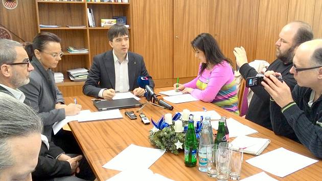 STAROSTA Petr Navrátil  svolal mimořádnou tiskovou konferenci, kde oznámil termín jednání zastupitelstva.