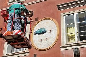 LITINOVOU PLASTIKU s názvem Ryby od Varvary Divišové umisťovali technici na dům v chebské Židovské ulici číslo 16 teprve před několika dny.