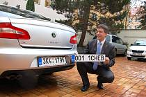 STAROSTA MĚSTA Chebu Petr Navrátil včera představil první značky na přání, které ozdobí celkem dvacet městských aut.