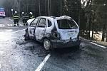 K požáru auta na silnici z Jáchymova do Božího Daru vyjížděli v sobotu 18. dubna hasiči.