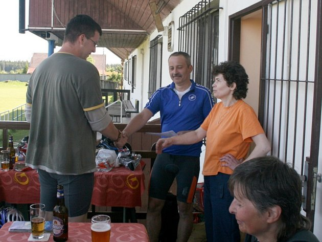 Ludmila Zadranská (vpravo) a ředitel akce Ladislav Špimer (uprostřed) předávají Janu Huckovi ze Skalné ocenění za objev roku.