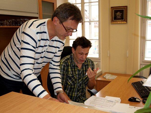 Tajemník chebského úřadu Václav Sýkora s vedoucím organizačního odboru chebské radnice Jaroslavem Krajcem ve volebním dispečinku.