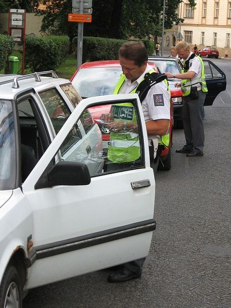 NEJPOZDĚJI OD ZAČÁTKU ROKU 2011 budou muset mít řidiči v povinné výbavě třeba termoizolační fólii  nebo resuscitační masku. Pokud si šoféři věci nedokoupí, pokuta je nemine.
