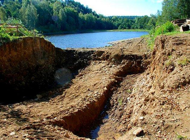 Oprava hráze rybníka ve Vernéřově u Aše trvá již od jara letošního roku. Nyní se chýlí ke konci.