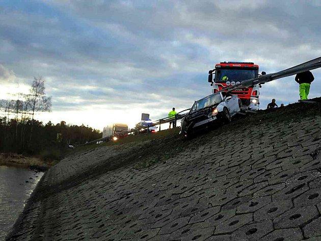 Automobil zůstal po dopravní nehodě zaklíněný ve svodidlech hráze Jesenické přehrady.