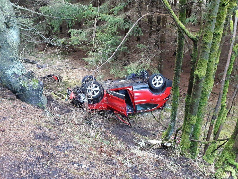 Zřejmě silný vítr stál za nehodou osobního auta v Nové Vsi na Sokolovsku. Jeden muž na místě zemřel. Jedna žena je vážně zraněná.