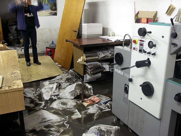 Zničené zařízení tiskárny v centru Chebu