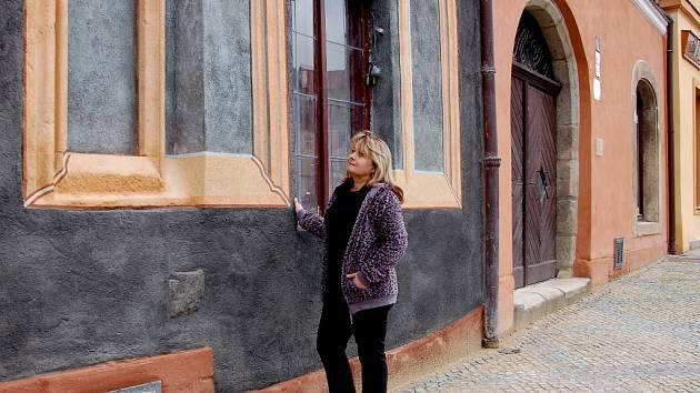ČERNÁ FASÁDA jednoho z domů na chebském náměstí zaskočila i Ilonu Lazúrovou z Chebu.