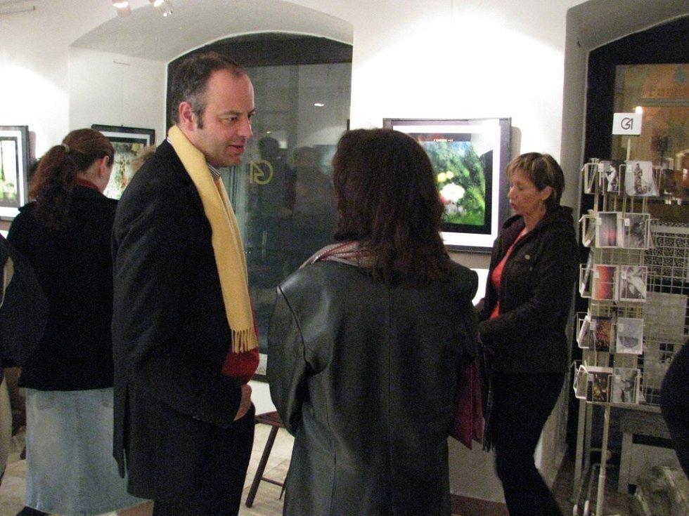 Slavnostní vernisáží byla v chebské galerii G4 zahájena výstava prací Bohuslava a Daniela Rejneka
