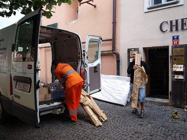 Vozidlo s kartáči, desinfekčními prostředky a dalšími potřebnými věcmi už vyrazilo do jižních Čech.