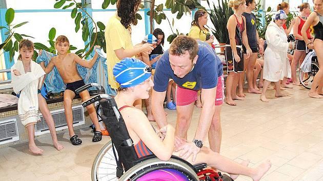 Třetí ročník plaveckého závodu Chebský Špalíček byl v něčem premiérový. Setkaly se tu handicapované a zdravé děti přímo ve vodě, a to při společné štafetě.