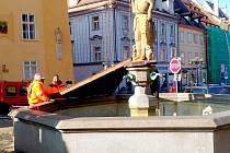 KAŠNY na chebském náměstí už zakryli pracovníci chebské společnosti Chetes ochrannými kryty.