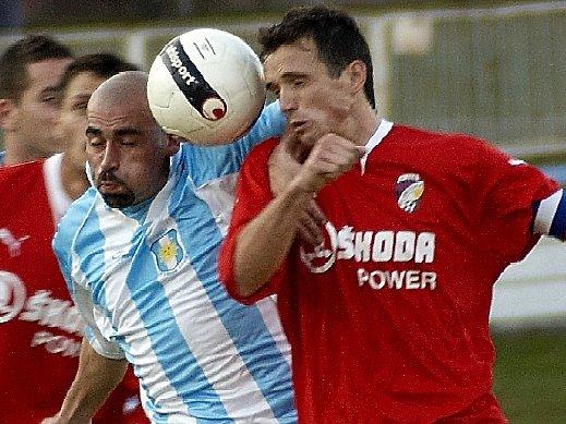 Chebský David Sládeček (vlevo) zápas ve warnsdorfu nedohrál kvůli červené kartě stejně jako Miroslav Šebesta