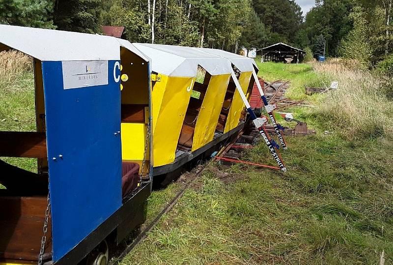 Hasiči ze tří jednotek zasahovali v sobotu po poledni u nehody turistického vláčku v přírodní rezervaci Soos na Chebsku.