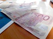 Ve směnárně se objevily velmi zdařilé padělky eur