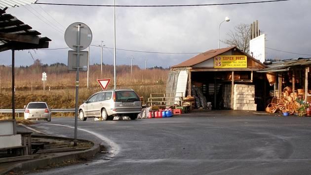 ZAJEDOU CO NEJBLÍŽ. Nakupující Němci parkují co nejblíž vietnamského stánku, který má své zboží vystavené do křižovatky. V tomto místě hrozí dopravní nehody.