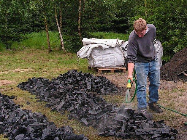 Uhlíři ve Vernéřově rozebrali milíř na dřevěné uhlí.