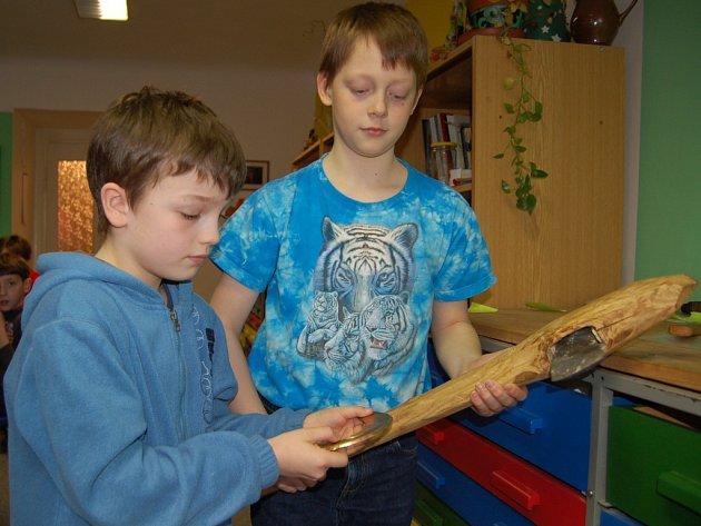 REPLIKY VYKOPÁVEK ZAUJALY pány kluky badatele osmiletého Benedikta Patočku (vlevo) a desetiletého Jakuba Růžičku.