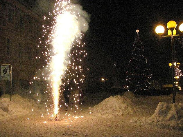 ZÁKAZ NEZÁKAZ na chebském náměstí létalo o silvestrovské noci několik desítek dělobuchů a ohňostrojů. Poté se po náměstí povalovalo několik vybuchlých raket.