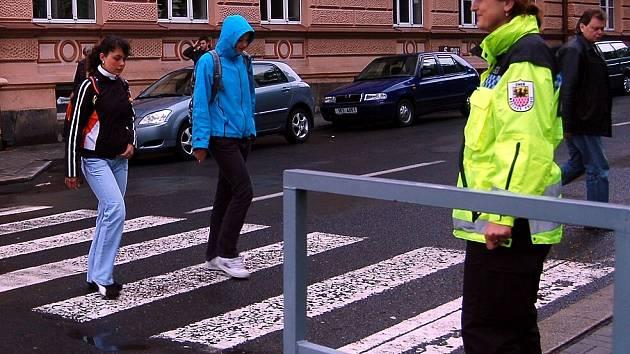 Strážníci městské policie v Chebu pravidelně hlídkují u přechdů pro chodce. Hlavně u školních budov