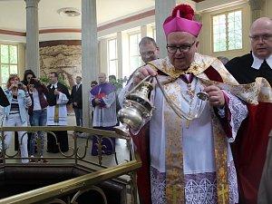 Františkolázeňské prameny budiž požehnány. V rámci slavnostního zahájení 225. lázeňské sezony nechybělo ani svěcení pramenů.