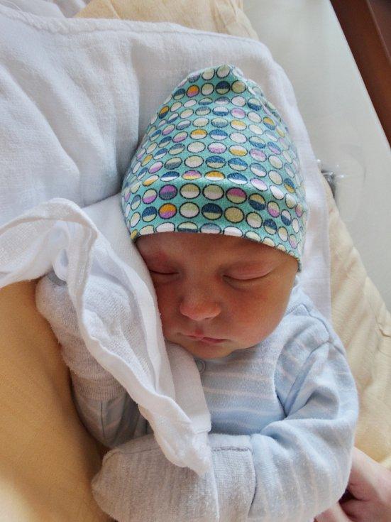 ADAM KORIM se narodil 5. dubna ve 14:47 mamince Lucii a tatínkovi Miroslavovi z Mariánských Lázní. Po příchodu na svět v plzeňské FN vážil jejich prvorozený synek 3150 gramů a měřil 49 centimetrů.