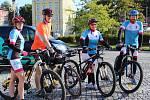 Z ašského Poštovního náměstí včera na elektrokolech odstartovali členové týmu Recyklojízda napříč Českou republikou. Během své jízdy informují veřejnost, jak zlepšit životní prostředí.