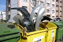 NÁRAZNÍKY jsou sice plastové, ale do kontejneru na tříděný odpad rozhodně nepatří. Za tento počin hrozí pachateli pokuta až 50 tisíc korun.