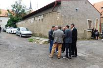 ZÁSTUPCI MĚSTA Chebu si prohlédli jednotlivé vnitrobloky v centru města. Chystá se jejich revitalizace.