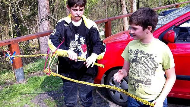 UPLÉST SI VLASTNÍ POMLÁZKU z vrbového proutí si vyzkoušely ratolesti z Poustky a Ostrohu.