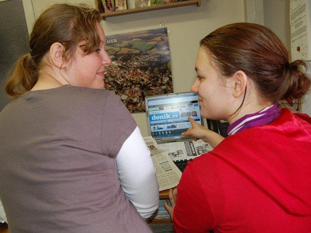 Na snímku právě dvě mladé redaktorky Jana Pěčová a Heidemarie Richterová (zprava) studovaly web Chebského deníku.