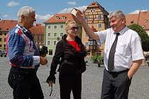 NA CHEBSKÉM NÁMĚSTÍ Krále Jiřího se Nikolaj Kulish, hejtman Hornouralského kraje (vpravo), sešel také s chebským tanečním mistrem Vladimírem Hánou.