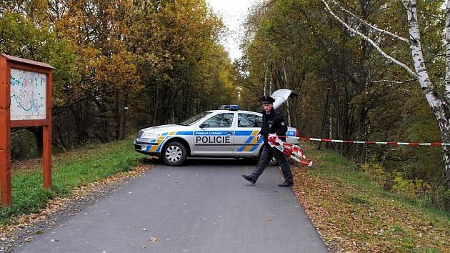 Na mostě, který vede přes cyklostezku ve Slapanech, se našla oběšená 43letá žena. Policisté kvůli vyšetřování místo uzavřeli.