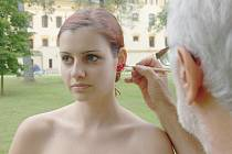 MODELKA Kateřina Libichová se připravuje na fotografování při mezinárodním workshopu KontAKTfoto.