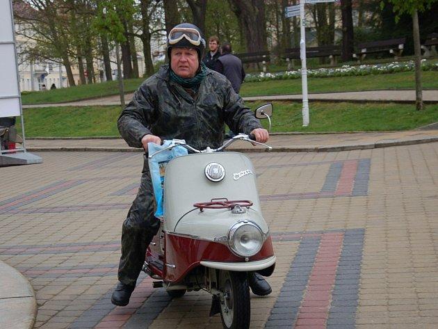 Nablýskané plechové miláčky předvedli majitelé historických automobilů a motocyklů ve Františkových Lázních.