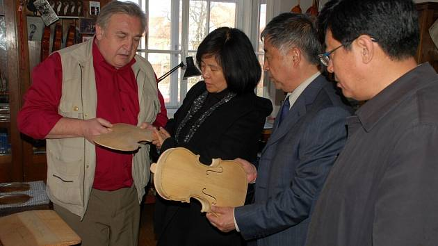 Čínská návštěva v chebské houslařské škole