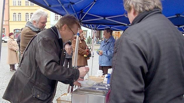 STAROSTA CHEBU Jan Svoboda bude opět nalévat polévku na tříkrálovém setkání na chebském náměstí Krále Jiřího. Proslýchá se, že letos nebude rybí jako při poslední akci.