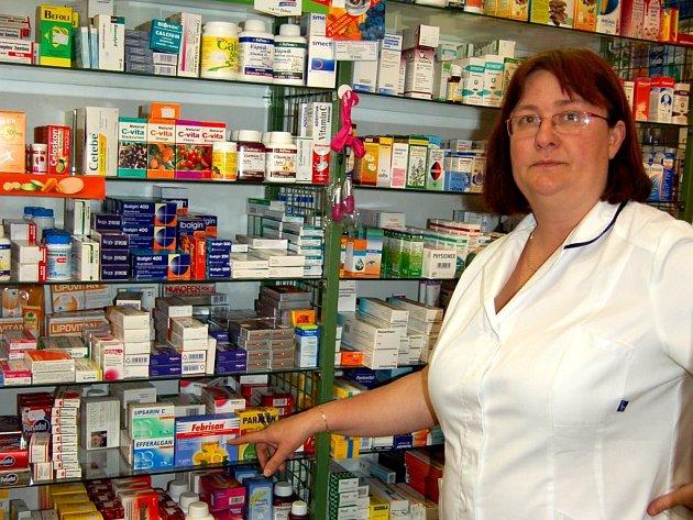 ANI OBYVATELÉ CHEBSKA si v lékárnách volně léky s pseudoefedrinem nekoupí – pouze na lékařský předpis. Předsedkyně okresního Sdružení lékárníků v Chebu ČLK Eugenie Chromá ale vysvětlila, že existuje celá řada dalších přípravků, kterými je lze nahradit