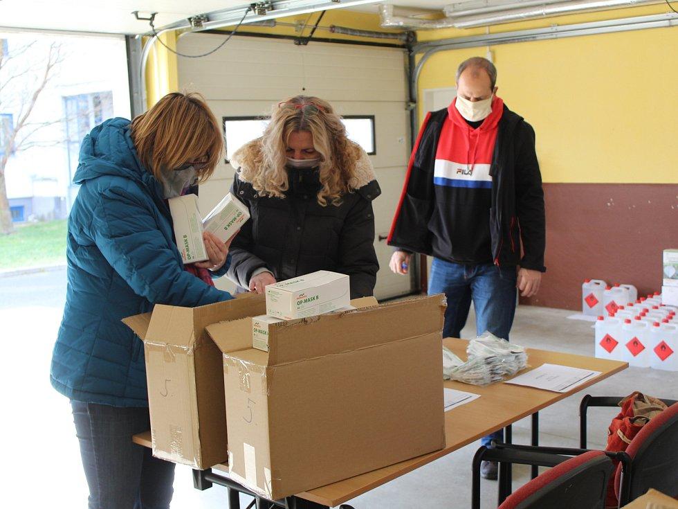 Zdravotnický materiál pro složky IZS, lékaře a nemocnice dorazil v noci z pátku na sobotu a následně ze soboty na neděli do skladu na krajském úřadě v Karlových Varech.